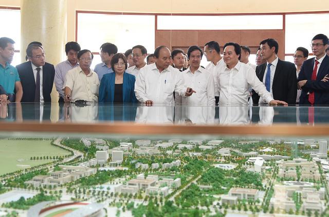 Thủ tướng Nguyễn Xuân Phúc thăm mô hình quy hoạch khu đô thị Đại học quốc gia Hà Nội tại Hòa Lạc.