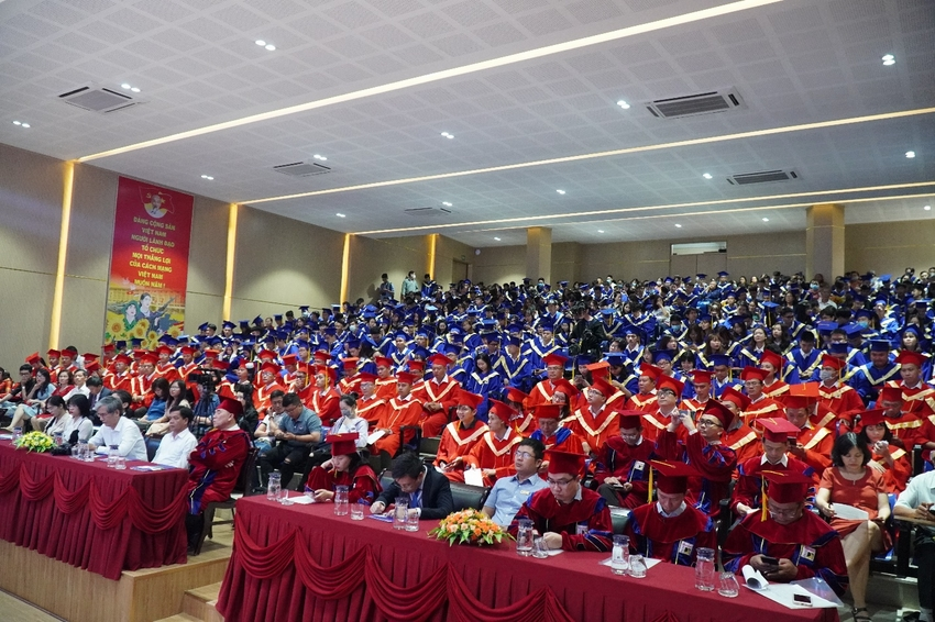 A picture containing indoor, ceiling, people, auditorium  Description automatically generated