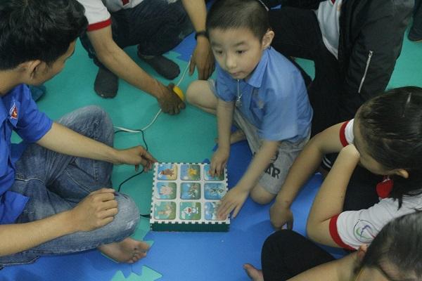 Hình 9 - Các em có thể tự chơi sau 1 thời gian hướng dẫn